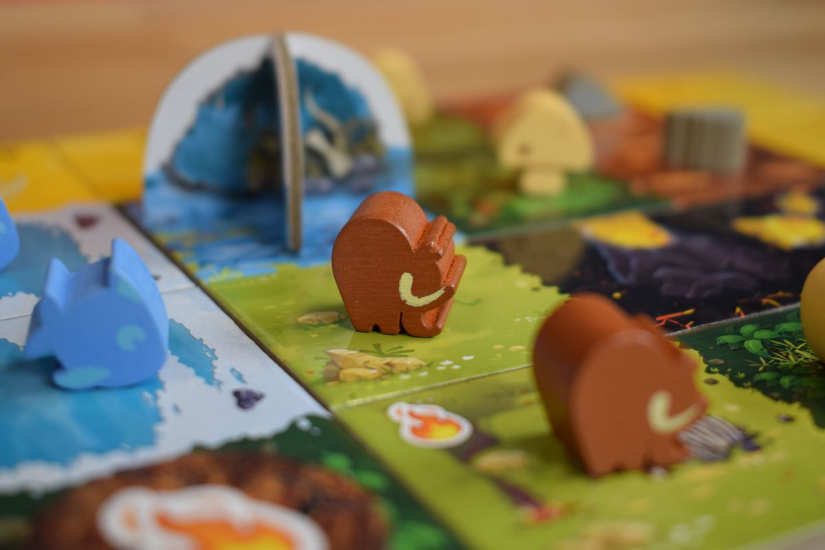 A mammoth meeple occupies a field space in Kingdomino Origins.